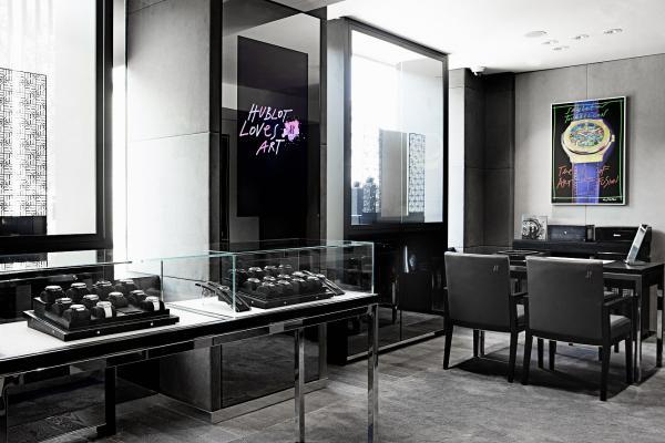Jemné odtiene šedej a čiernej dopĺňajú pop-artové maľby najznámejších  dizajnov značky v žiarivých farbách. Ako čerstvá ambasádorka sa Romana  Škamlová ... 75dab1f669b